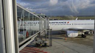 Un avion de la compagnie Air France à l'aéroport Roissy Charles-de-Gaulle (Val-d'Oise), le 14 décembre 2017. (SERGE ATTAL / ONLY FRANCE / AFP)
