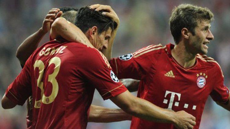 Mario Gomez (Bayern Munich) à la lutte avec Blerim Dzemaili (Naples)