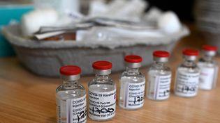 Des flacons du vaccin AstraZeneca-Oxford dans une maison de retraite à Wigan, dans le nord-ouest de l'Angleterre, le 21 janvier 2021. (OLI SCARFF / AFP)