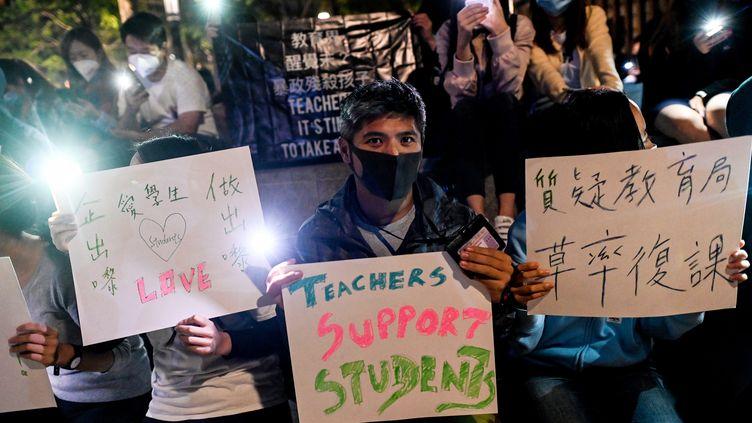 Manifestation de soutien aux étudiants barricadés dans l'université polytechnique de Hong Kong. (YE AUNG THU / AFP)
