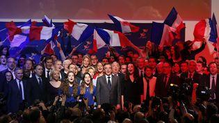 """François Fillon et ses soutiens chantent la """"Marseillaise"""", lors d'un meeting à Paris, le 25 novembre 2016. (THOMAS SAMSON / AFP)"""