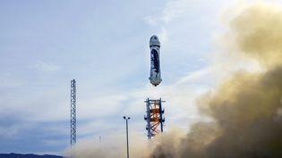 La fusée de la firme Blue Origin,patron d'Amazon et fondateur de cette société aérospatiale, le 24 novembre 2015 à Dallas (Texas). (CORTESIA / NOTIMEX / AFP)