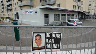 Une affiche à la mémoire d'Ilan Halimi, le 11 avril 2015 à Paris, devant l'Hyper Cacher de la porte de Vincennes. (WINFRIED ROTHERMEL / PICTURE ALLIANCE / AFP)