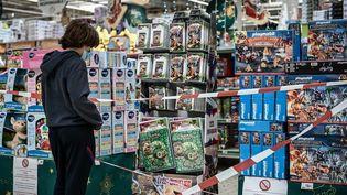 Un adolescent dans un rayon jouets d'un supermarché en Gironde, le 4 novembre 2020. Photo d'illustration. (PHILIPPE LOPEZ / AFP)