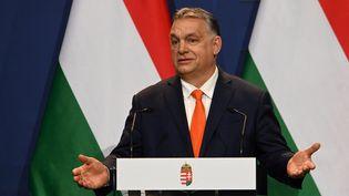Le Premier ministre hongrois Viktor Orban lors d'une conférence de presse, à Budapest, le 1er avril 2021. (ATTILA KISBENEDEK / AFP)