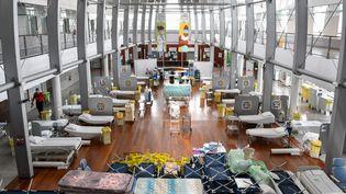 Des lits et des brancards installés pour accueillir jusqu'à 48 patients dans le hall de l'hôpital Taaone de Polynésie française à Papeete, le 20 août 2021. (MIKE LEYRAL / AFP)