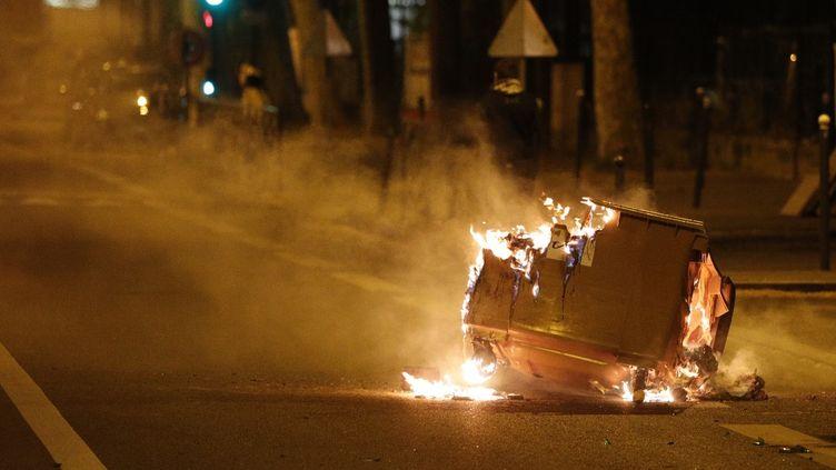 Une poubelle incendiée à Villeneuve-la-Garenne (Hauts-de-Seine), le 21 avril 2020. (GEOFFROY VAN DER HASSELT / AFP)