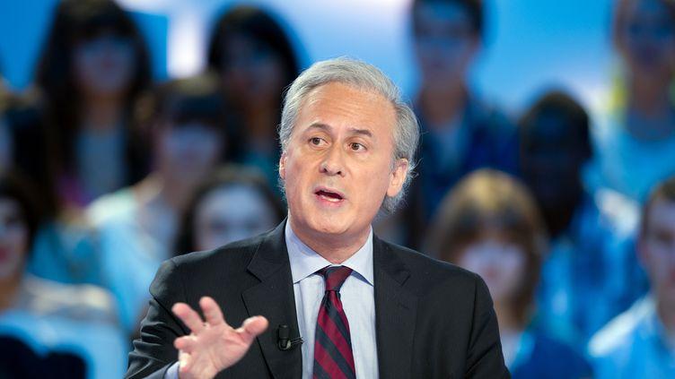 """Georges Tron, anciensecrétaire d'Etat à la Fonction publique, sur le plateau du """"Grand journal"""" de Canal+, le 11 mai 2012. (BERTRAND LANGLOIS / AFP)"""