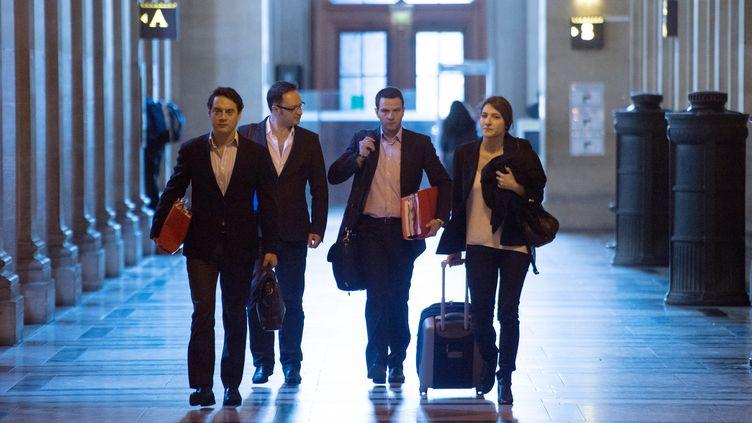 L'ancien trader Jérôme Kerviel (au centre) arrive à son procès, avec son avocat David Koubbi (à gauche), le 6 juin 2012 à Paris. (MARTIN BUREAU / AFP)