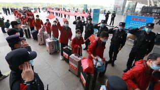 Des soignants à la gare de Wuhan, le 7 avril 2020, en Chine. (ZHAO JUN / XINHUA / AFP)