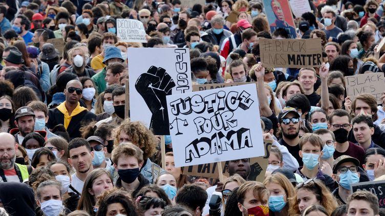 Lors de la manifestation à Paris contre les violences policières et en mémoire d'Adama Traoré, le 6 juin 2020 (photo d'illustration). (NATHANAEL CHARBONNIER / RADIO FRANCE)