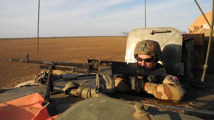 Un soldat français de l'opération Barkhane dans un véhicule lors d'une opération dans le centre du Mali, près des frontières du Burkina Faso et du Niger, le 2 novembre 2017. (DAPHNE BENOIT / AFP)
