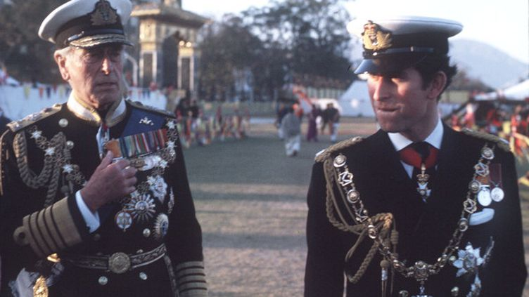 Louis Mountbatten et le princeCharles en uniforme naval lors d'une visite au Népal en 1975, à l'occasion du couronnement du roi Birendra. (ANWAR HUSSEIN / WIREIMAGE / GETTY)