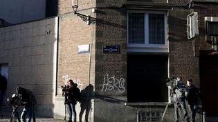 L'ADN deNajim Laachraoui a été découvert dans l'appartement de la rue Henri-Bergé à Schaerbeek (Belgique), uneplanque des auteurs des attentats du 13 novembre, perquisitionnée le 8 janvier 2016. (FRANCOIS LENOIR / REUTERS)