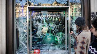 La vitrine brisée d'un magasin sur les Champs-Elysées, le samedi 16 mars. (GEOFFROY VAN DER HASSELT / AFP)