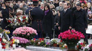 Le président de la République, François Hollande, et la maire de Paris, Anne Hidalgo, déposent une gerbe place de la République, le 10 janvier 2016. (THOMAS SAMSON / AFP)