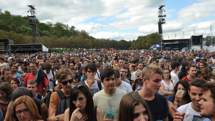 Le public de Rock en Seine, parc de Saint-Cloud (Hauts-de-Seine), le 28 août 2015. (NATHANAEL CHARBONNIER / FRANCE-INFO)