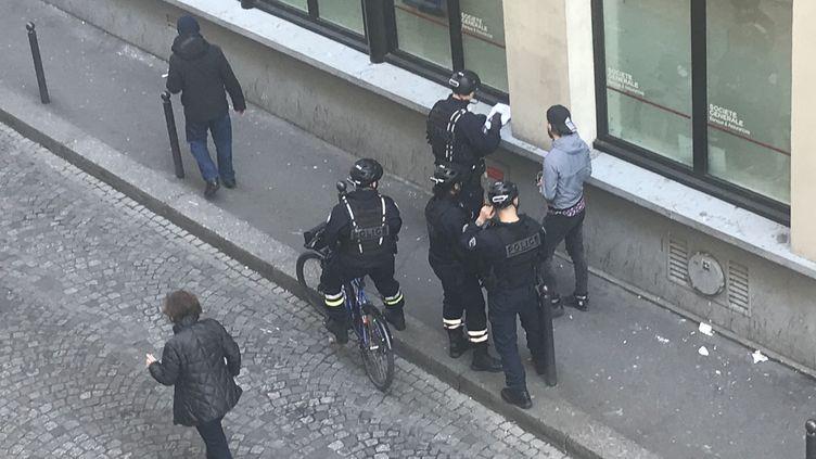 La police mène des contrôles à Paris pendant le confinement du coronavirus Covid-19 et verifie les attestations de déplacement dérogatoire. (THOMAS PONTILLON / FRANCE-INFO)