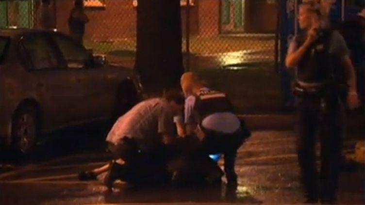 Des policiers arrêtent un homme après une fusilladependant le discours de victoire à Montréal de la nouvelle Première ministre québécoise, le 5 septembre 2012. (FTVI / EVN)