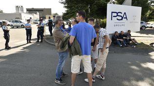 Des salariés de GM&S devant l'usine PSA de Sept-Fons (Allier), le 5 juillet 2017. (THIERRY ZOCCOLAN / AFP)