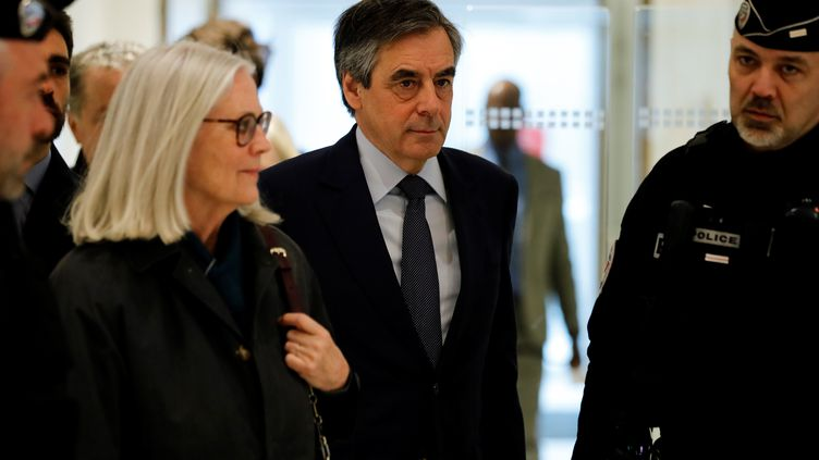 François Fillon et son épouse Penelope (à gauche) arrivent au tribunal de grande instance de Paris, pour les réquisitions, le 10 mars 2020. (THOMAS SAMSON / AFP)