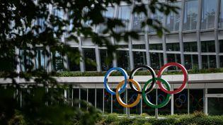 Le logo des anneaux olympiques à l'entrée du siège du Comité international olympique à Lausanne. (FABRICE COFFRINI / AFP)