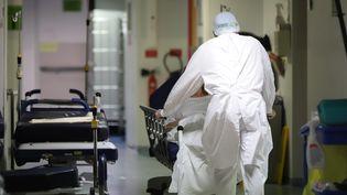 Un soignant dans un couloir de l'hôpital d'Abbeville (Somme), le 13 novembre 2020. (DOMINIQUE TOUCHART / MAXPPP)