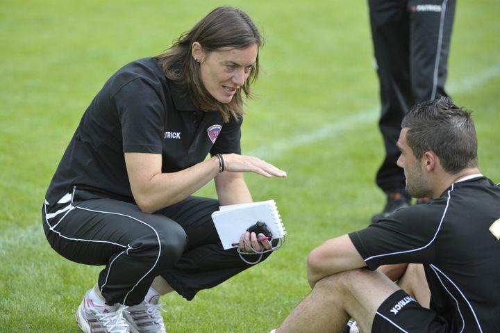 Corinne Diacre s'adresse à un de ses joueurs du Clermont Foot, le 12 juillet 2014, à Riom (Puy-de-Dôme). (MAXPPP)