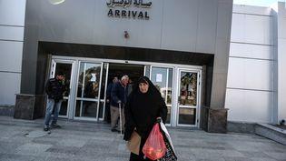Des Palestiniens passent le point de contrôle de Rafah, à la frontière avec l'Egypte, le 18 février 2017. (ALI JADALLAH / ANADOLU AGENCY / AFP)