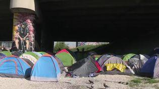 À la porte de la Villette à Paris, un camp de migrants s'est installé. Jour après jour, il grossit et il semble que les autorités n'aient pas de solution à proposer pour le moment.Reportage. (France 2)