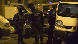 Des membres des forces de l'ordre lors de la perquisition à Argenteuil (Val-d'Oise), après l'arrestation d'un homme soupçonné d'un projet d'attentat, le 24 mars 2016. (GEOFFROY VAN DER HASSELT / AFP)