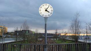 Une horloge installée sur le parking de la gare TGV de Belfort-Montbéliard (Territoire de Belfort), le 9 décembre 2014. (MATHIEU DEHLINGER / FRANCETV INFO)