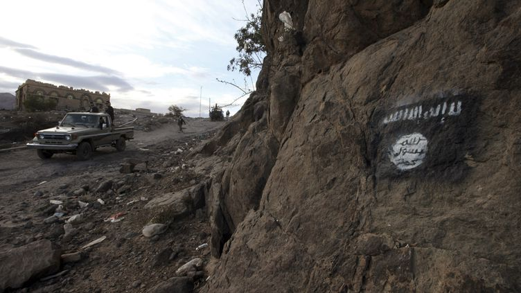 (Le drapeau d'Ansar al-Sharia, peint sur une colline au Yémen (photo d'illustration) © REUTERS/Mohamed al-Sayaghi)