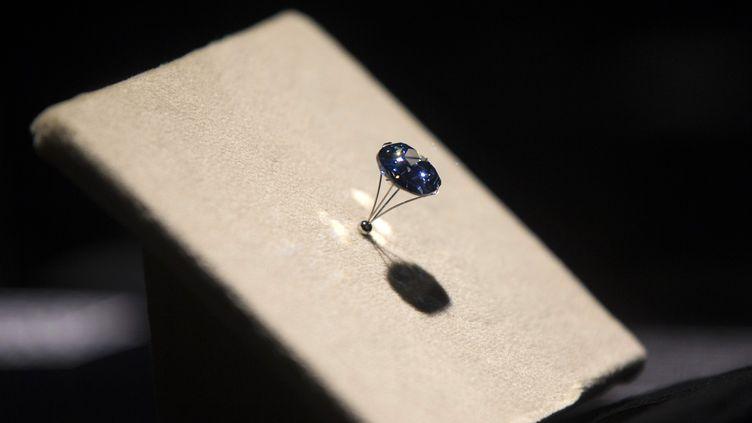 """Le """"Blue Moon Diamond"""" présenté au Musée d'histoire naturelle de Los Angeles (Californie, Etats-Unis), le 12 septembre 2014. (MARIO ANZUONI / REUTERS)"""