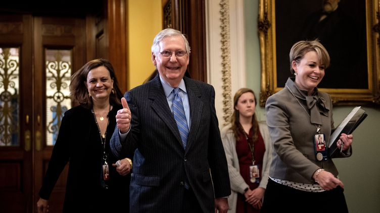 Le chef de la majorité républicaine au Sénat, Mitch McConnell,le 31 janvier 2020 à Washington (Etats-Unis), après le rejet par son camp de nouveaux éléments dans le procès en destitution de Donald Trump. (BRENDAN SMIALOWSKI / AFP)