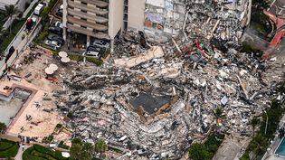 Une vue aérienne de l'immeuble qui s'est effondré au nord de Miami Beach, en Floride (Etats-Unis), le 24 juin 2021. (CHANDAN KHANNA / AFP)