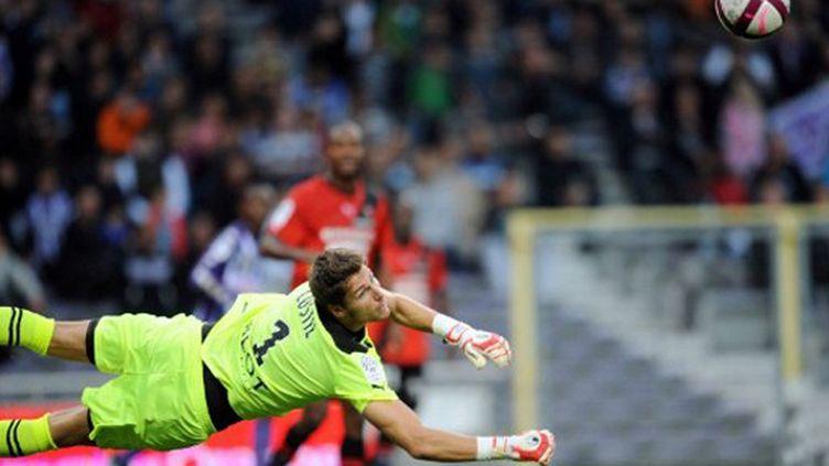 Thierry Dusautoir (Toulouse) face à la défense d'Edimbourg (REMY GABALDA / AFP)