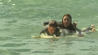 Pour prévenir les noyades, des surfeuses ont décidé de se former au sauvetage côtier. Un collectif qui propose un jour de formation et la garantie de pouvoir sauver des vies. (FRANCE 3)