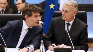 Arnaud Montebourg (à gauche) et Jean-Marc Ayrault (à droite), le 11 juillet 2012 à Paris. (PATRICK KOVARIK / AFP)