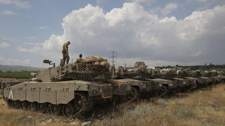 Ds soldats israéliens prennent position sur le plateau du Golan, le 9 mai 2018. (JALAA MAREY / AFP)