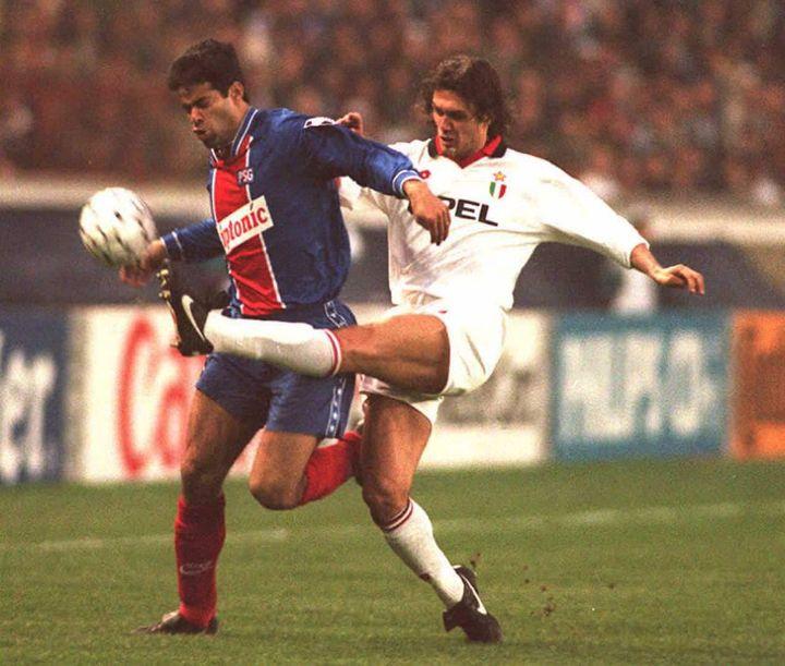 Rai aux prises avec le Milanais Paolo Maldini en Ligue des Champions en 1995