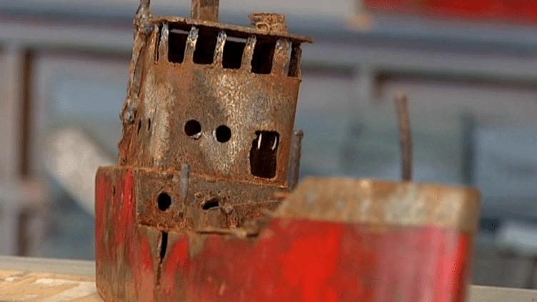 L'artste normand Lionel Tran transforme des tôles d'acier en épaves de navires.  (Culturebox / Capture d'écran)