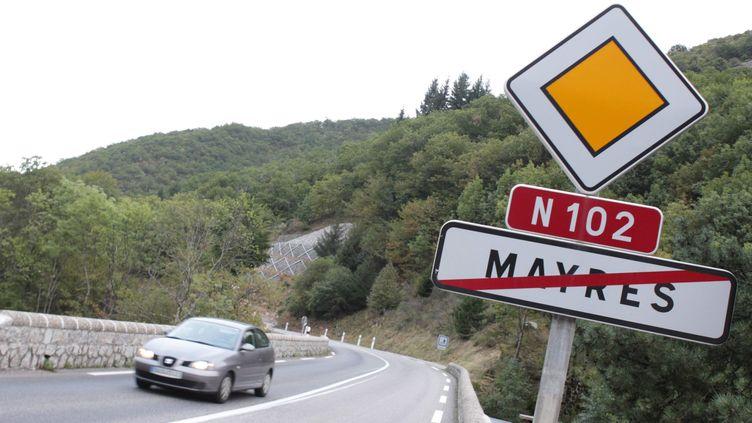 Un corps de femme a été retrouvé sur un parking à proximité d'un arrêt de bus, à Mayres (Ardèche), le 28 août 2012. (FABRICE ANTERION / MAXPPP)