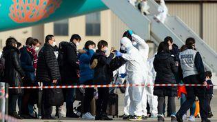 Des passagers en provenance de Wuhan, en Chine, contrôlés à leur arrivée à la base aérienne d'Istres, dans le sud-est de la France, le 3 février 2020. (HANDOUT / ECPAD / AFP)