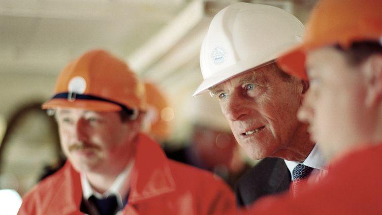 Le prince Philip visite le navire HMS Trincomalee, un casque sur la tête, le 18 mai 1993 à Hartlepool (Royaume-Uni). (PETER REIMANN / GETTY IMAGES)