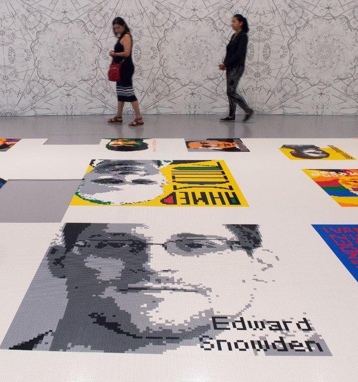 Ai Weiwei : portrait d'Edward Snowden en Lego exposé à Wahington (juin 2017)  (PAUL J. RICHARDS / AFP)