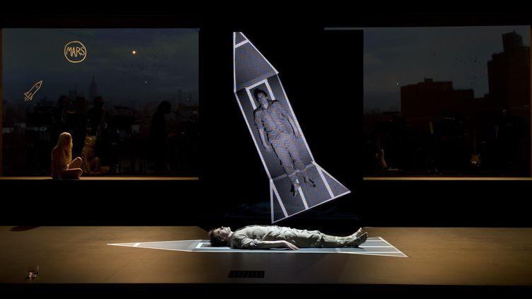 """Michael C. Hall et Sophia Anne Caruso dans la comédie musicale """"Lazarus"""", le 3 novembre 2016, au théâtre King's Cross de Londres.  (JUSTIN TALLIS / AFP)"""