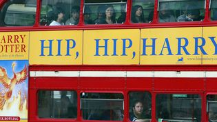 En 2003, les romans à succès s'affichent sur les bus londoniens  (ODD ANDERSEN / AFP)