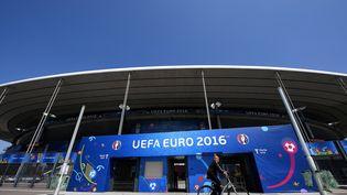 Un cycliste passe devant le Stade de France à la veille du match d'ouverture de l'Euro 2016, jeudi 9 juin 2016. (FRANCK FIFE / AFP)
