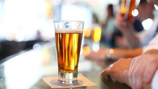 En moyenne, les Français ont acheté pour 325 euros d'alcool en 2013, selon une étude publié le 9 avril 2014. (MARIANNA MASSEY / DIGITAL VISION / GETTY IMAGES)